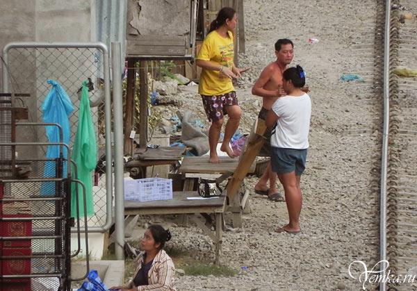 Бангкок. Девушка танцует просто так, потому что настроение хорошее