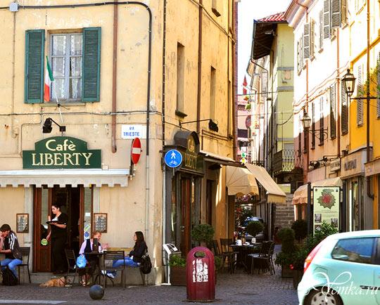 На улице в Пинероло, Италия