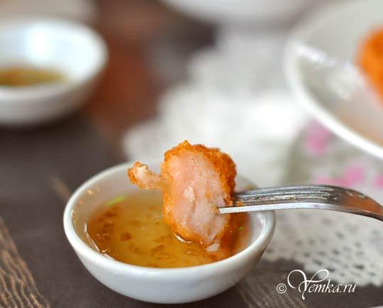 Еда в Тайланде. Shrimp Cake. Креветочная лепешка с соусом