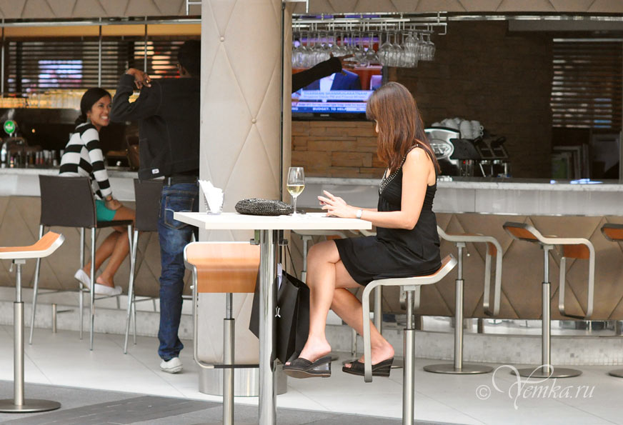 На фото: Сингапур. кафе на набережной Марина Бэй Сэндс