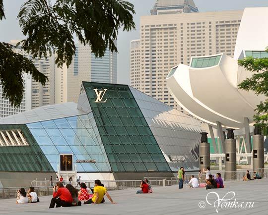 На фото: Сингапур, люди на набережной Марина Бэй Сэндс