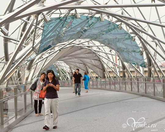 На фото мост Helix в Сингапуре