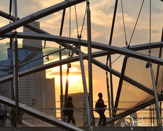 На фото пешеходный мост Helix Bridge в Сингапуре
