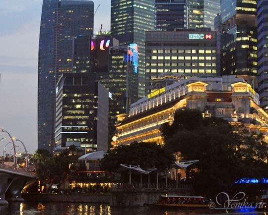 На фото знаменитый отель Фуллертон в Сингапуре