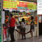 Свежевыжатые соки продают в киосках на улице