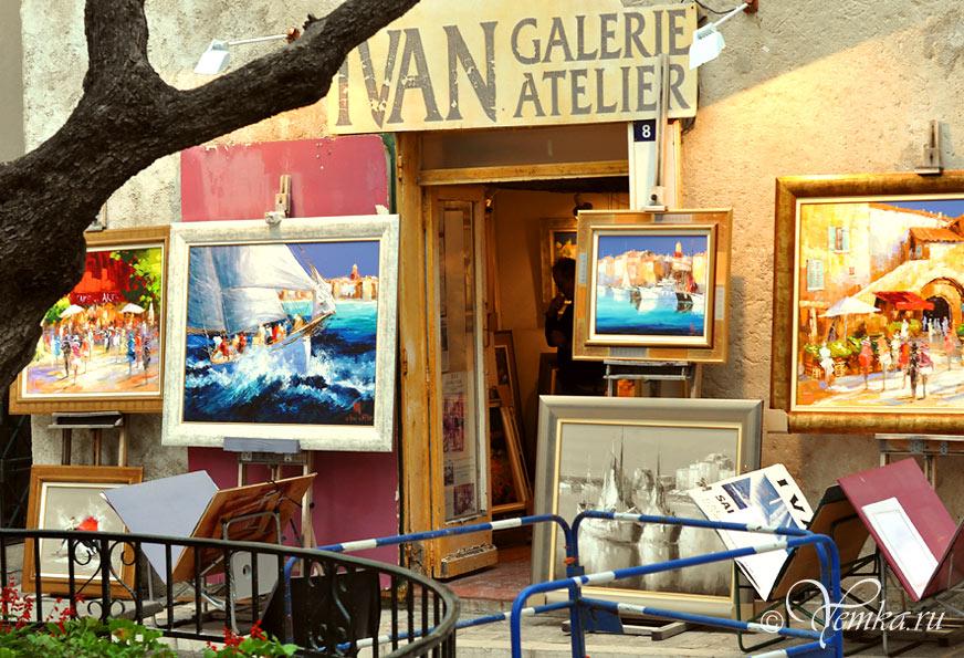 В Сан-Тропе продают много картин с морскими видами